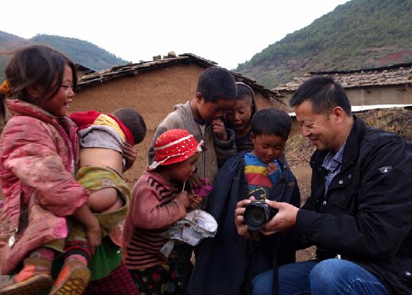 大凉山的孩子对记者拍的照片充满好奇